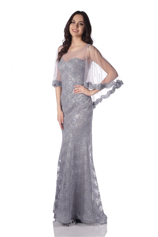 Uzun kollu ve yakası dantel detaylarla zenginleştirilmiş dantel elbise modeli ise fazla açık giysi sevmeyen bayanlara hitap edebilir. Daha uzun abiye tarz dantel kuyruklu elbise modelleri ise dantel elbiselerin en gözdelerinden. Uzun kollu ve dantellerinde işleme detayı bulunan dantelli elbiseler düğün gibi özel geceler de çok şık bir görünüm elde etmenize yardımcı olabilir.  Birçok farklı renkle farklı zevklere göre dantel elbiseler bayanlara sunuluyor. Tek dikkat etmeniz gereken ise bu dantel şıklığını uygun ayakkabı, çanta ve saç makyaj kombinasyonuyla en mükemmel görüntüyü yakalamak. İşte sizler için seçtiğimiz en güzel ve şık dantel elbise modelleri resim galerimizde sizler için hazırladık. Galerimizdeki sizin için seçtiğimiz resimlere bakarak buradaki dantelli elbise modellerinden yararlanabilirsiniz.  Bu sezonun dantel elbise model fiyatları sizin tercihinize göre 1500 TL'ye kadar çıkmaktadır. Dantelli elbise modellerinden hem zevkinize hem de bütçenize uyacak birçok seçenek bulabilirsiniz.  İyi eğlenceler güzel ve şık giyinmeler… Dantelli Elbise Modeli İçin Ayakkabı Tercihi Giydiğimiz kıyafetlerimizi daha şık ve güzel göstermemiz ve hoş bir uyum yakalayabilmemiz için en önemli detaylardan biri ayakkabı tercihidir. Dantelli elbise modelleri tercih ettiğimiz zaman sade bir ayakkabı modeli tercih etmemiz daha uygun olacaktır. Böylece dantelli elbisemiz ile birlikte kullandığımız ayakkabımız kötü bir görüntü oluşturmamış olacak. Ayrıca elbise ile ayakkabımızın renk uyumuna da dikkat etmemiz gereken detaylardan. Böylece kıyafetimiz ile ayakkabımız hoş bir uyum yakalamamıza yardımcı olacaktır.