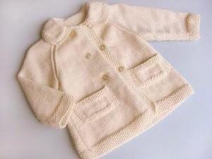 Beyaz sade bebek hırka örneği